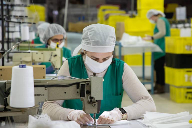 textil-valenciano-se-reinventa-y-cose-material-sanitario